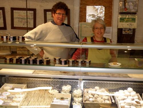 Emmanuel et Marguerite Melet dans leur épicerie
