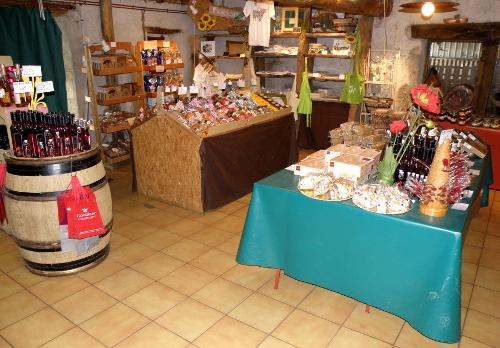L' espace biscuiterie, liqueurs..., du magasin