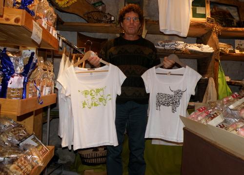 Deux des tee-shirts illustrés par Elise