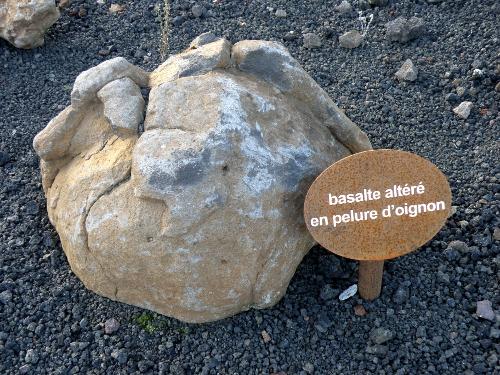 """Basalte altéré en """"pelure d'oignon"""""""