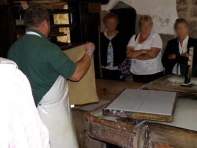 Un ouvrier à l'oeuvre dans la salle de fabrication