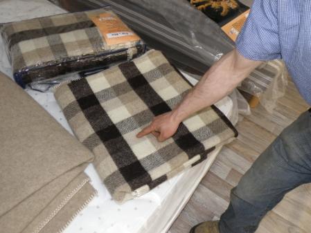 Une couverture confectionnée avec la laine lavée par la PME