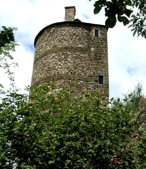 la tour médiévale du jardin