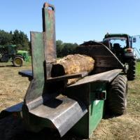 Une vue arrière d'un tronçon d'arbre en cours de fendage